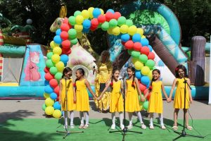 Кметът Николай Чунчуков доведе принцеса и Мики Маус за децата в Източен
