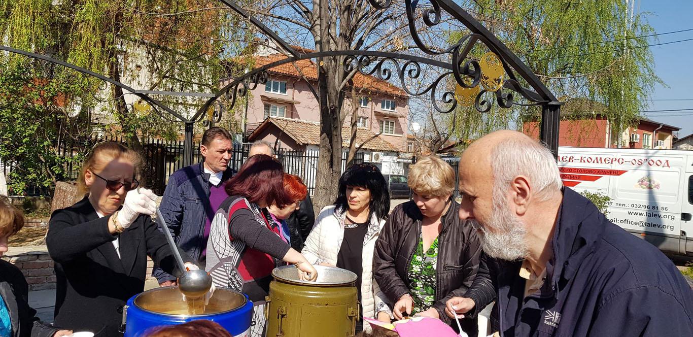"""На Благовещение дадоха благотворителeн обяд в район """"Източен"""""""