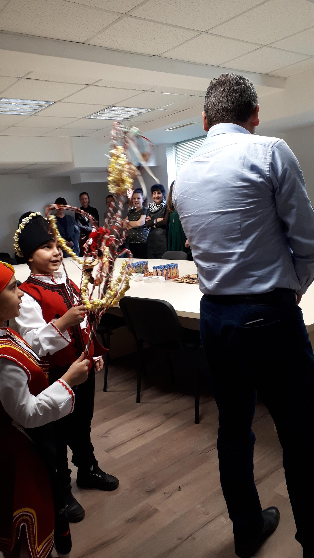 Иван Стоянов посрещна коледари